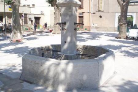 fontaine centrale de ville en pierre