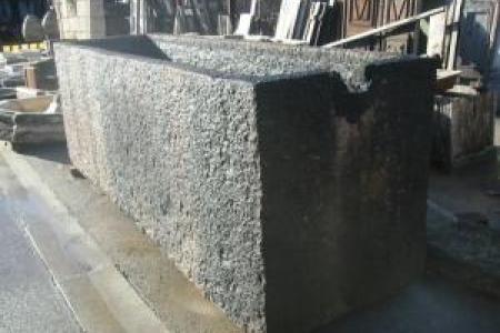 tres grand bassin en pierre