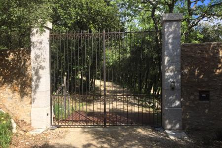 piliers de portail en pierre froide