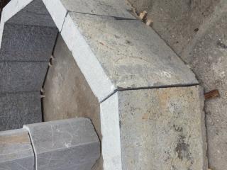 fontaine centrale en pierre