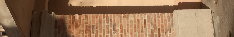 realisation de bases et de chapiteaux de piliers  en pierre froide , avec un fut en briques anciennes