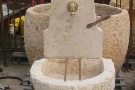 fontaine en pierre froide