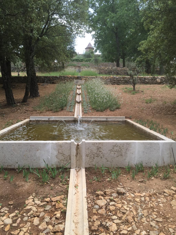 Fabrication d 39 un bassin et de caniveaux en pierre for Bassin piscine pierre