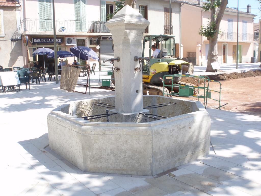 fontaine centrale de ville en pierre Brignoles (Var) Ste-Maxime Vence